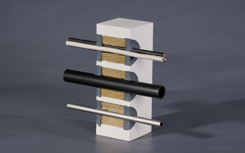 Modell: Abschottung von Kunststoffrohren, Metallrohren und Elektrokabeln mit KBS® FR Caulking